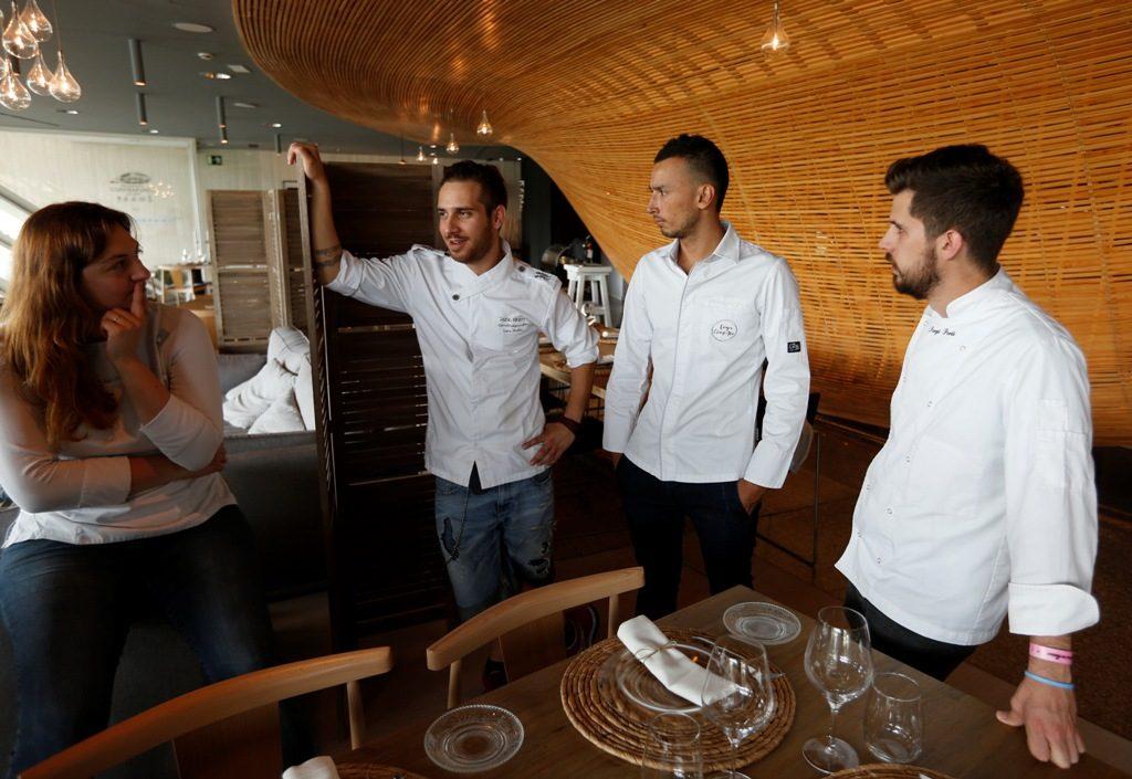 Junior, junto a compañeros (María josé Martínez, Pablo Ministro y Sergi Peris) en un reportaje sobre jóvenes promesas. Foto de Jesús Signes.
