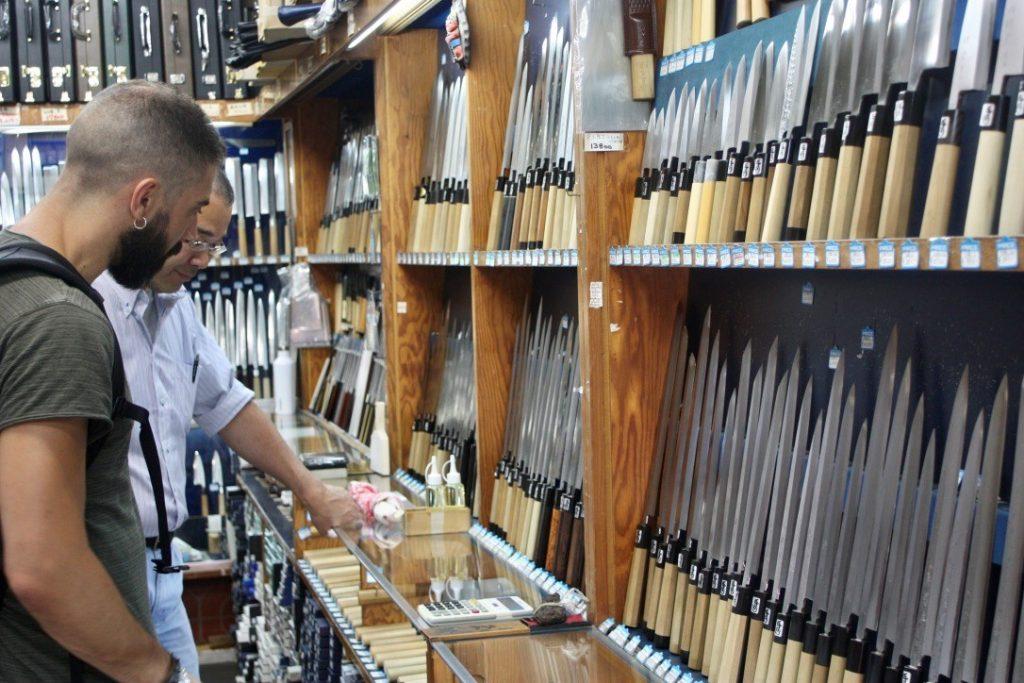 El chef busca sus cuchillos. Fotografía cortesía de Diego Laso.