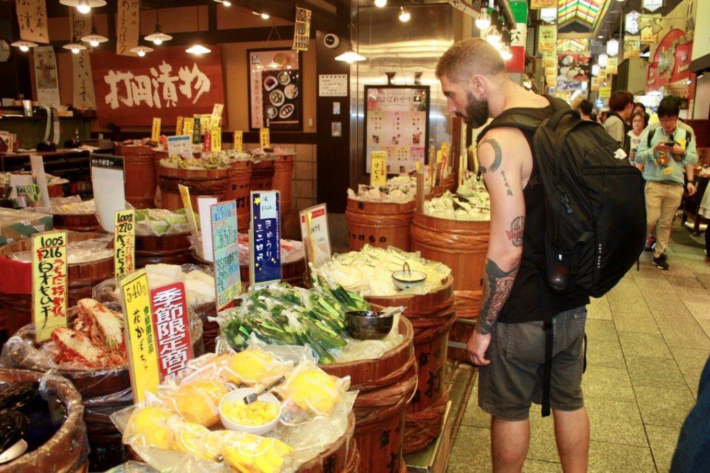 Diego recorriendo el mercado de Kyoto. Imagen cortesía de Momiji.