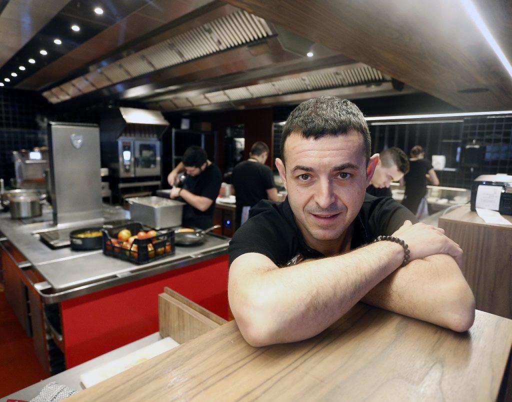 Ricard Camarena en su restaurante de Bombas Gens. Fotografía de Jesus Signes.