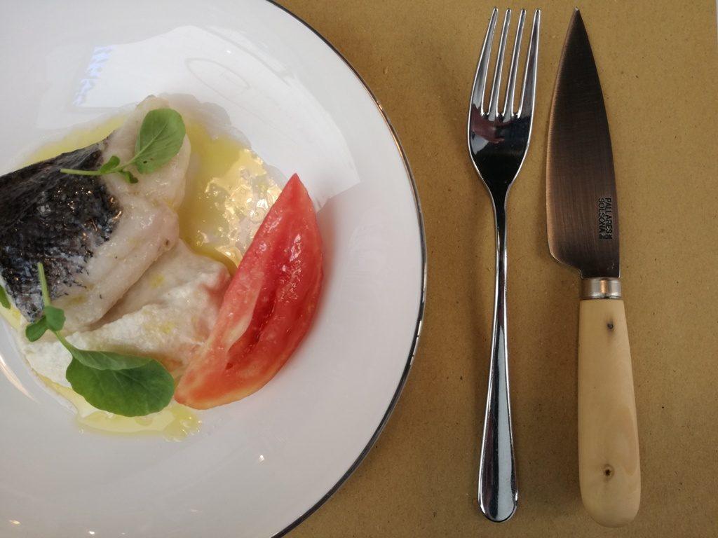 Una merluza con almendras de La Forastera, en uno de sus menús de mediodía.