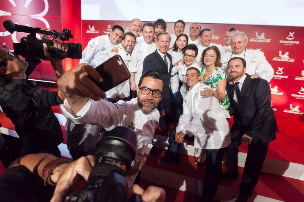GRAF4329. GUÍA DE ISORA (TENERIFE), 22/11/2017.- Los cocineros con tres estrellas se hacen un selfie con el presidente del Cabildo de Tenerife, Carlos Alonso (d) y el director internacional de la Guia Michelín, Michael Ellis (c), durante la gala para España y Portugal celebrada en el hotel Abama de Guía de Isora, en Tenerife.EFE/Ramón de la Rocha.