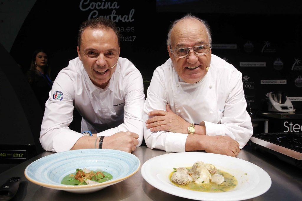 Fotón de Alberto Sáiz para Gastrónoma con Manuel Alonso y su padre, ante el plato de rape con almejas que elaboró cada uno a su manera.
