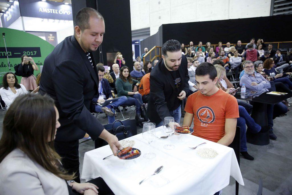 Parte del equipo de Begoña sirviendo platos entre el público. Foto Alberto Sáiz.