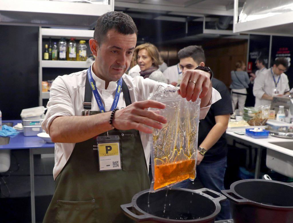 GRAF5613. MADRID, 23/01/2018.- El chef Richard Camarena, durante su ponencia Nuevas salsas clásicas de jugos esenciales, en la segunda jornada de Madrid Fusión celebrada hoy. EFE/J.J. Guillén
