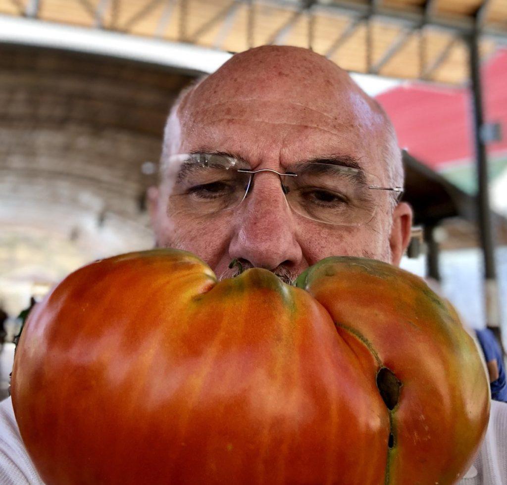 Los tomates de Conin de Fernando Huidbro. Fotografía de su Twitter.