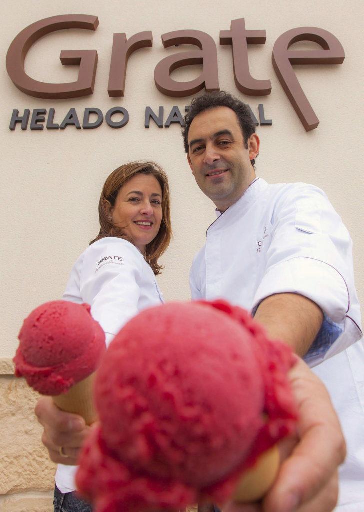 Fotografía facilitada por el Obrador Gratte de Fernando Sáenz Duarte y su mujer, Angelines González, que han elevado el helado artesanal a la categoría de alta gastronomía, con creaciones como el lingote helado de dulce de higo y mantequilla de café o el sorbete de racima de graciano. Desde su pequeño Obrador Gratte en Viana (Navarra), ambos elaboran con ingredientes naturales helados que se sirven en los mejores restaurantes del país.EFE