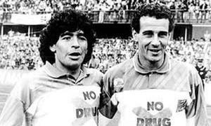Julio ALberto y Maradona en un partido contra la droga