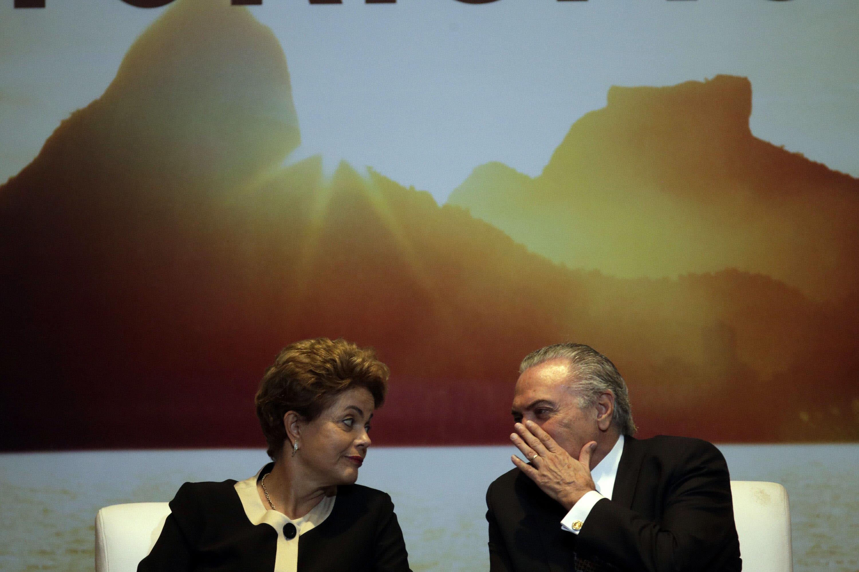 La presidenta de Brasil, Dilma Rousseff, y su vicepresidente, Michel Temer, hablan en un acto para promocionar el turismo de los Juegos Olímpicos de Río 2016, celebrado en Brasilia. EFE