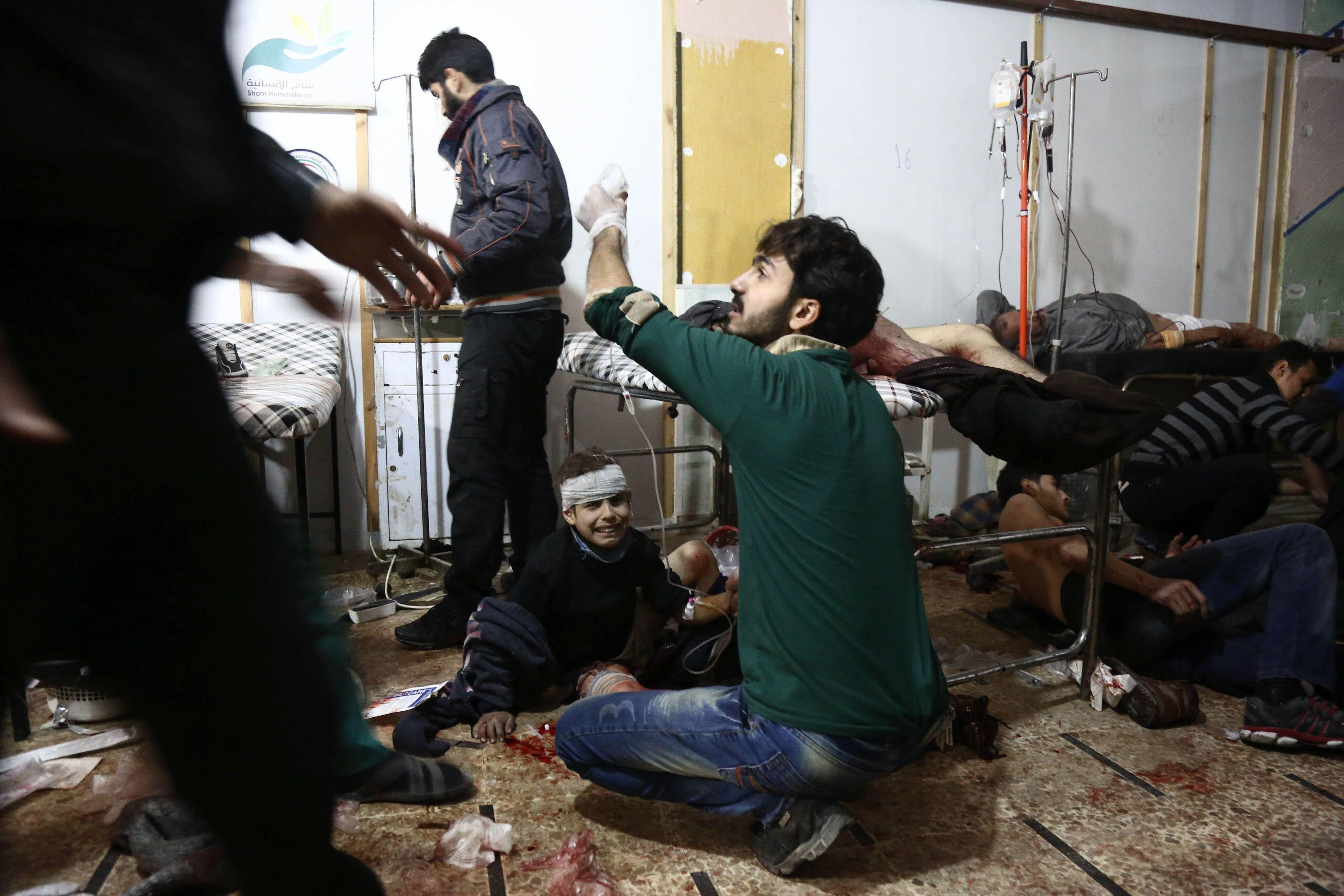 Varias personas reciben atención médica en un hospital de campo tras los ataques aéreos de fuerzas leales al Gobierno de Bashar el Asad, en Douma, en las afueras de Damasco. EFE