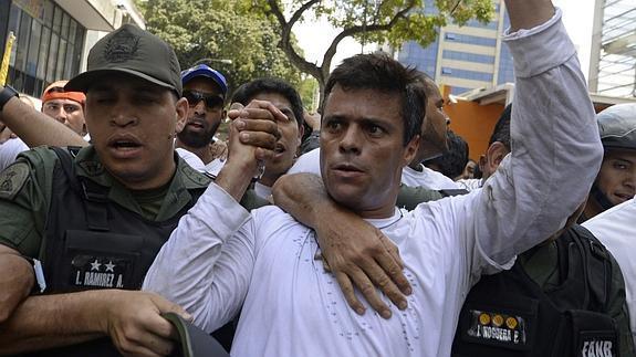 Leopoldo López, en el momento de ser detenido el 23 de junio de 2015.