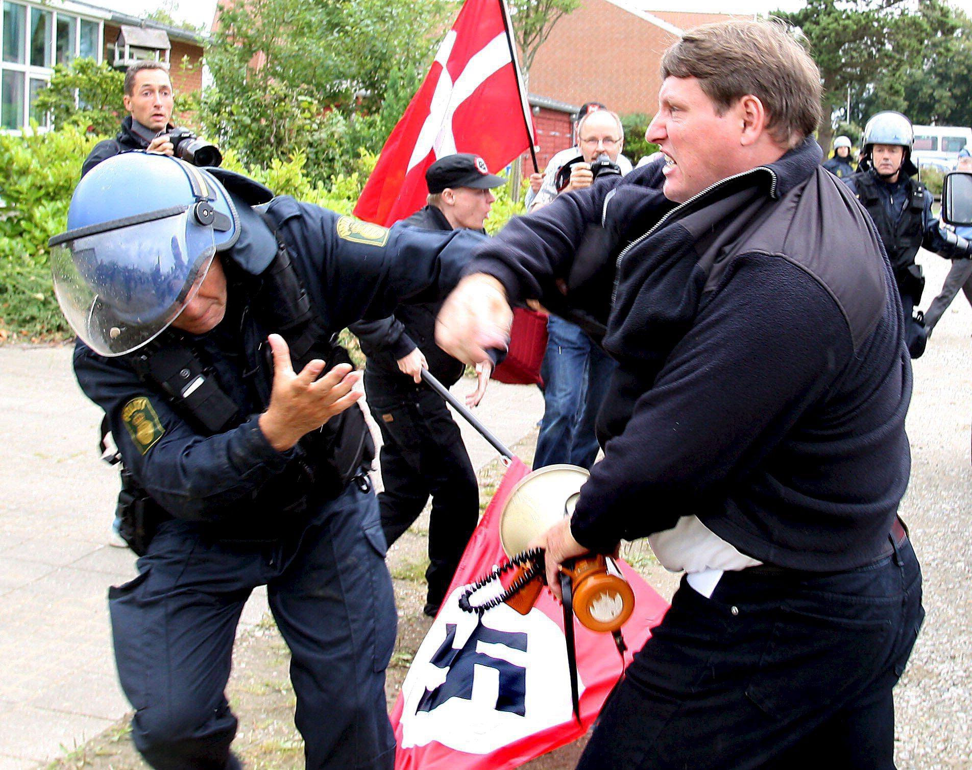 Un manifestante nazi se enfrenta a la policía en Kolding, Dinamarca.EFE
